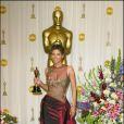 Halle Berry en 2002 avec son Oscar de la meilleure actrice pour A l'ombre de la haine. Elle porte une robe Elie Saab