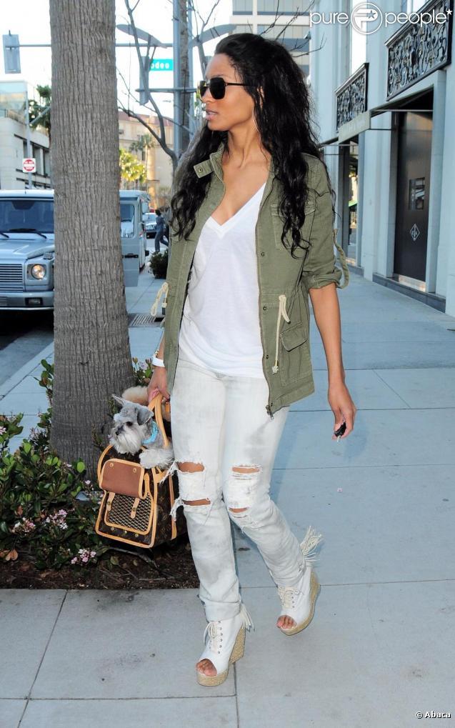 bc83a843df Ciara transporte ses chiens dans un sac Louis Vuitton à Beverly Hills le 22  février 2011