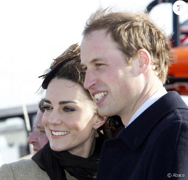 Kate Middleton et le prince William inaugurent un canoë de sauvetage à Anglesey, au pays de Galles, le 24 février 2011.