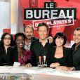 Jean-Luc Lemoine entouré de sa bande de chroniqueurs sur  Bureau des Plaintes  (France 2).