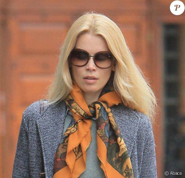 Claudia Schiffer dans un style seventies au sommet le 2 mars 2011 dans les rues de Londres