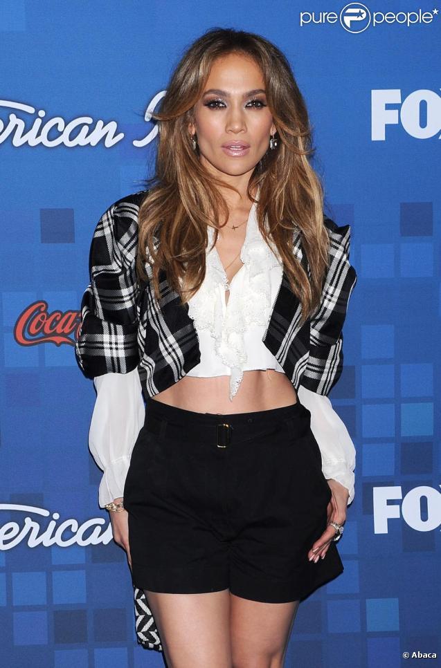 Jennifer Lopez passe la soirée avec les 13 finalistes d'American Idol au Grove à Los Angeles le 3 mars 2011