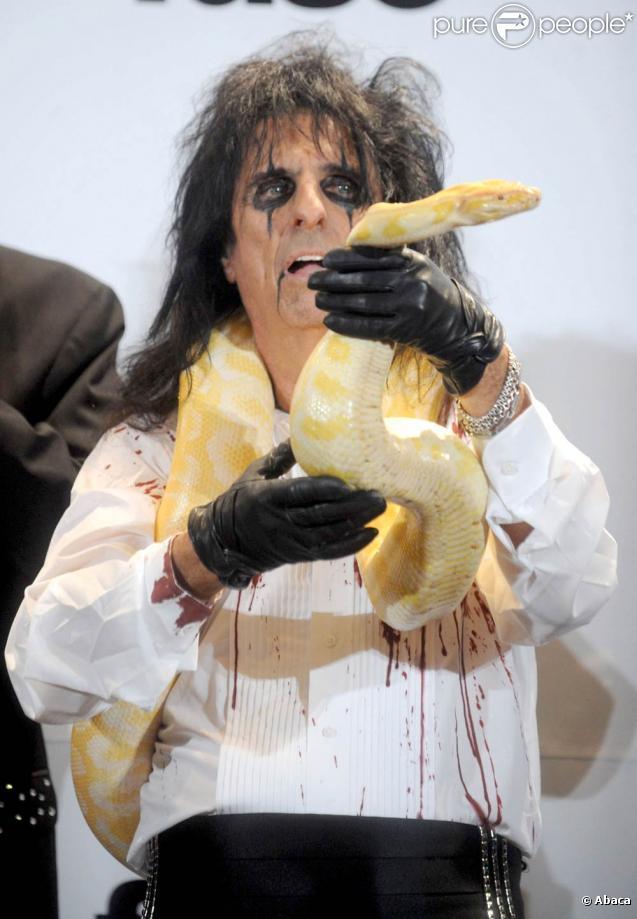 La cérémonie d'intronisation des nouveaux membres intégrés au Rock and Roll Hall of Fame, le 14 mars 2011, a notamment été marquée par la performance horrifique - évidemment - d'Alice Cooper (photo).