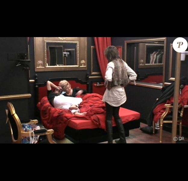 Cindy et Guiseppe dérangés au lit par...FX