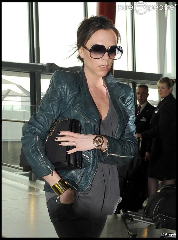 Victoria Bekcham en mars 2011 entre deux vols