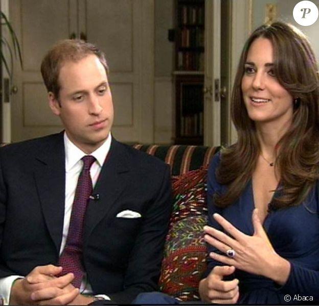 Le 31 mars, le palais royal révélait que le prince William ne porterait pas d'alliance, et que celle de Kate Middleton serait faite d'un or précieux. (photo : lors de leurs fiançailles, en novembre 2010, avec la bague de Lady Diana)