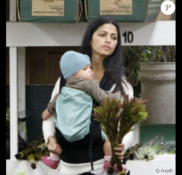 Camila Alves s'arrête chez un fleuriste avec ses enfants Levi et Vida, à Los Angeles, le vendredi 25 mars.