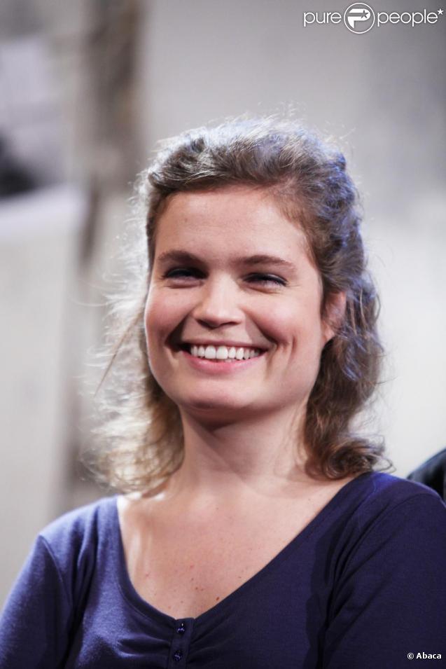 Sarah Biasini dans la pièce Qu'est-ce qu'on attend à Paris en novembre 2009