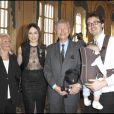 Elsa Zylberstein, son papa, sa maman et son frère au ministère de la Culture, à  Paris, lors de la remise des insignes de chevalier dans l'ordre des Arts  et des Lettres d'Elsa. 5 avril 2011