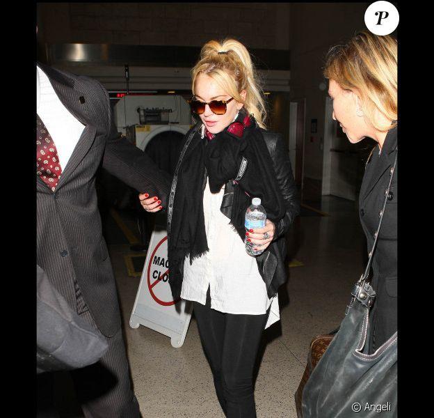 Lindsay Lohan s'est précipitée dans la voiture qui l'attendait à la sortie de l'aéroport de Los Angeles le 7 avril 2011