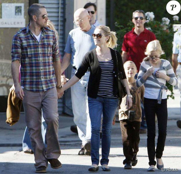 Reese Witherspoon, Jim Toth, et les enfants Ava et Deacon, Los Angeles, le 12 décembre 2010.