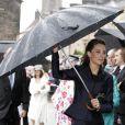 Le prince William et Kate Middleton étaient en visite dans la région de Blackburn with Darwen, dans le nord de l'Angleterre, lundi 11 avril 2011. La pluie a obligé la future princesse à se réfugier sous un immense parapluie...