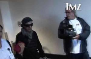 John Galliano réapparaît et se fait violemment insulter à l'aéroport...