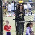 Victoria Beckham emmène Brooklyn et Romeo à leur leçon de football, en avril 2011.