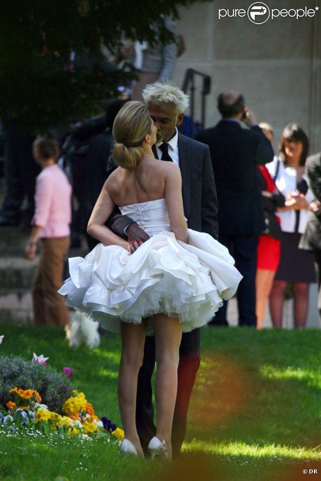 """Satya et Capucine Mary se sont dit """"oui"""" le 9 avril 2011, à la mairie du VIIe arrondissement de Paris."""
