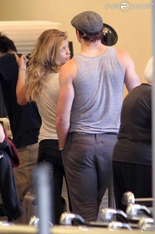 Le mardi 19 avril, AnnaLynne McCord et Kellan Lutz étaient photographiés ensemble à l'aéroport LAX de Los Angeles, avant d'embarquer à bord d'un voi à destination de Vancouver.