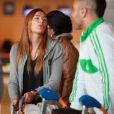 Julie (Secret Story 3) semble charmée par Sofiane (Star Academy 4) à Orly le 18 avril 2011 avant de s'envoler vers Miami pour le tournage des Anges de la télé-réalité