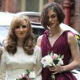 Keira Knightley aux côtés de Kerry Nixon, la mariée, lors du mariage de son frère Caleb Knightley au Pollokshields Burgh Hal de Glasgow en Ecosse le 23 avril 2011