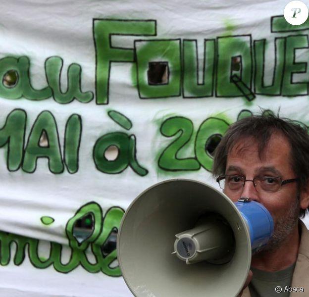 Christophe Alévêque au défilé du 1er mai, annonçant sa réunion du 6 mai devant le le Fouquet's