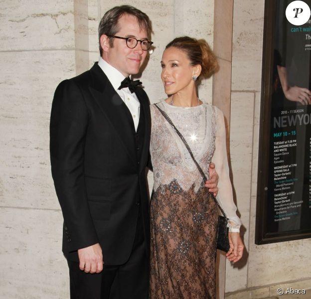 Sarah Jessica Parker et Matthew Broderick avec lunettes ont assisté au gala de printemps du New York City Ballet le mercredi 11 mai 2011 au Lincoln Center à New York. Ni une ni deux, sa femme lui demande d'enlever ses horribles lunettes.