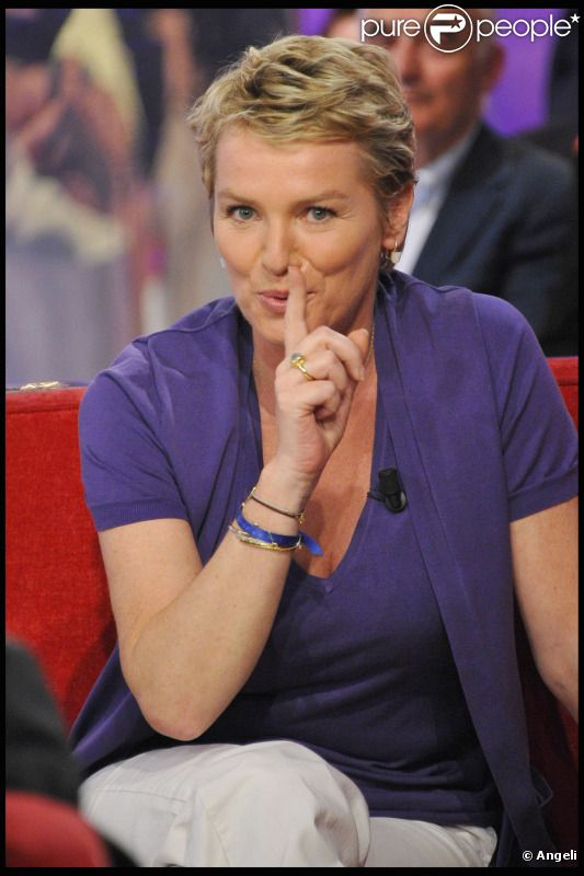 Élise Lucet durant le tournage de l'émission Vivement Dimanche spéciale Les comédiens et l'histoire le 11 mai, diffusée le 15 mai 2011 dans le Studio Gabriel