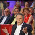 Michel Drucker durant le tournage de l'émission Vivement Dimanche spéciale Les comédiens et l'histoire le 11 mai, diffusée le 15 mai 2011 dans le Studio Gabriel