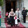 Le couple héritier de Norvège, Haakon et Mette-Marit, a honoré sur le perron du palais Skaugum, à Asker, dans la plus pure tradition, la fête nationale, le 17 mai 2011. En plus de leurs enfants, Marcus, Ingrid et Sverre, le labradoodle chéri de la famille, Milly Kakao, a assuré !