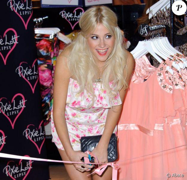 Pixie Lott présente sa nouvelle collection de vêtements au magasin Lipsy, au centre commercial Westfield à Londres, lundi 24 mai.