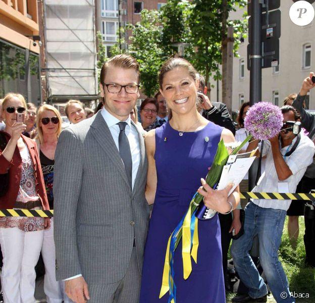 La princesse Victoria, en robe bleu saphir le 25 mai, et le prince Daniel de Suède en visite officielle à Munich du 24 au 27 mai 2011.