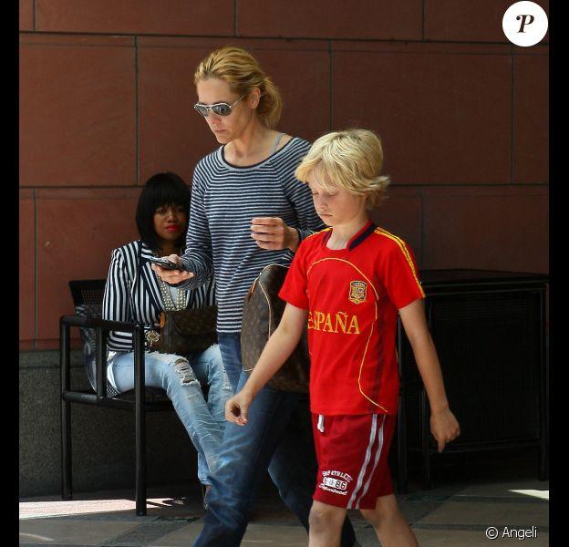 Maria Bello dans les rues de Beverly Hills, sortant d'un centre médical avec son fils Jackson, le 25 mai 2011