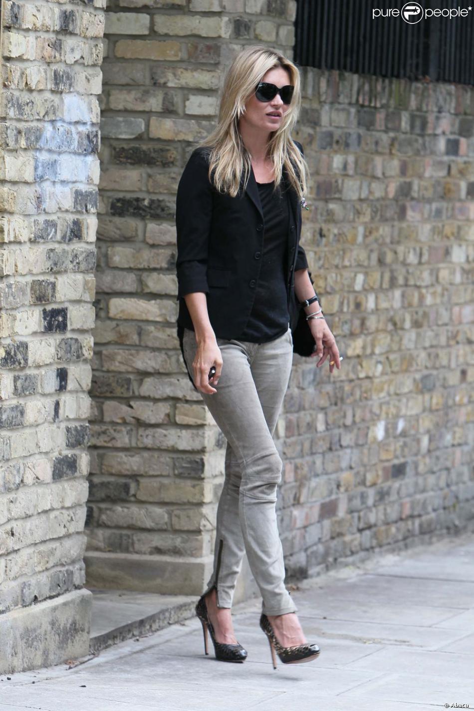 d07e89841155d Kate Moss est une icône de mode toujours au top ! Petit jean slim, veste