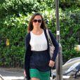 Pippa Middleton est ravissante et très estivale dans sa jupe bicolore assortie à des escarpins ouverts blancs. Londres, 25 mai 2011