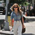 AnnaLynne McCord opte pour un look bohème chic qui lui sied à ravir. L'ensemble pantalon blanc flare et chemise en jean délavée est parfait ! New York, 21 mai 2011