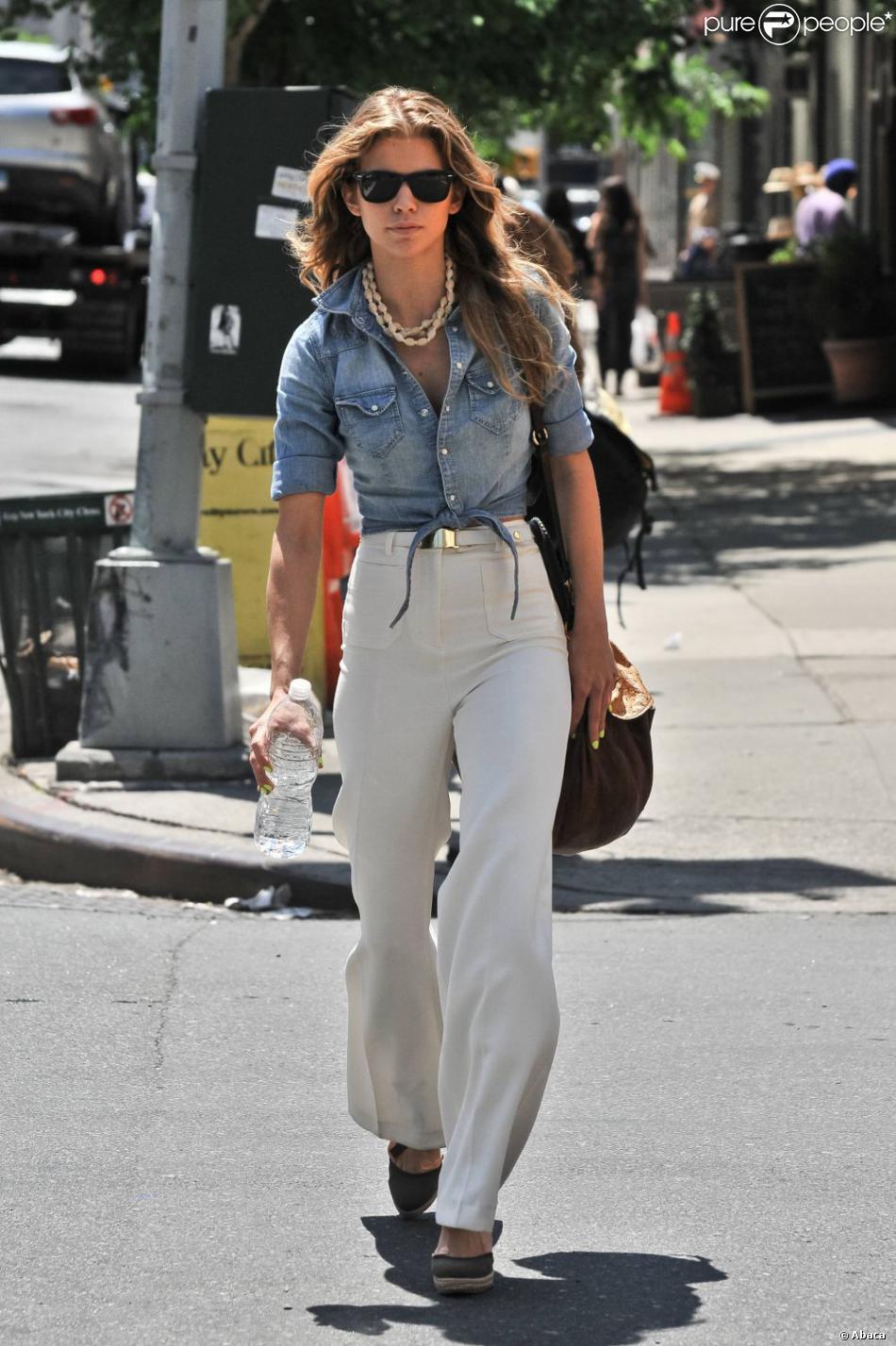 annalynne mccord opte pour un look boh me chic qui lui sied ravir l 39 ensemble pantalon blanc. Black Bedroom Furniture Sets. Home Design Ideas