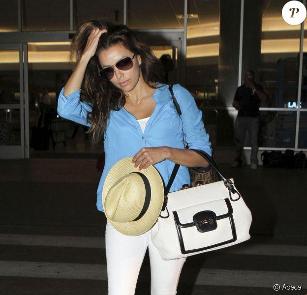 Eva Longoria affiche son look de star à l'aéroport de Los Angeles, le 31 mai 2011
