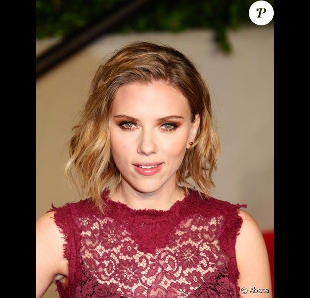 Scarlett Johansson pose lors des Oscars 2011 à Los Angeles