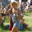 Sienna Miller en plein festival de look ! Pour écouter de la bonne musique, elle enfile la tenue parfaite : short en jean, chapeau de paille et chaussures plates. Un bon mix.
