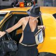 Comme elle n'a pas su choisir entre la tenue de plage et le look preppy vulgaire à souhait, Sienna Miller a opté pour les deux pour se balader à New York. Mouais, à la rigueur, à St-Tropez...