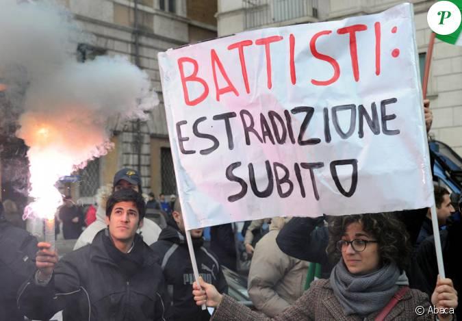les italiens en col re manifestent contre le refus de l 39 extradition de battesti. Black Bedroom Furniture Sets. Home Design Ideas