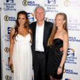 Jessica Alba pose avec James Cameron et son épouse, Suzy Amis, lors de la soirée de charité organisée par l'association  Covenant House California au Berverly Hilton Hotel à  Los Angeles, 9 juin 2011
