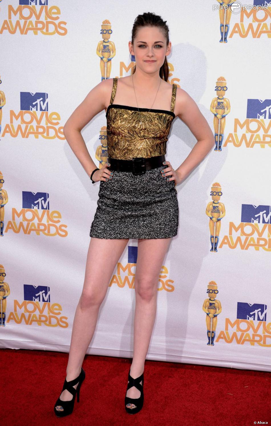 Kirsten Stewart ose la robe ultra courte bicolore, or et argenté Bof,  bof ! Los Angeles, 6 juin 2010