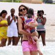Katie Holmes et Suri Cruise se baignent sur la plage de Miami le 19 juin 2011