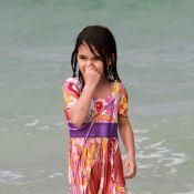 Suri Cruise: A la plage, toute habillée dans l'eau, avec ses parents... une star