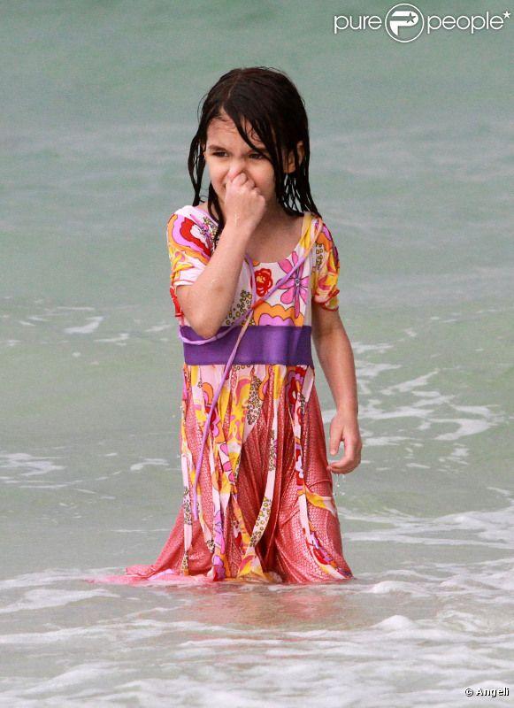 Suri Cruise : une vraie sirène toute habillée sur une plage de Miami le 18 juin 2011