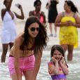 Katie Holmes et Suri Cruise profitent d'une belle après-midi sur une plage de Miami le 18 juin 2011