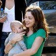 Miranda Kerr dévoile sa tendre complicité avec sa famille. Accompagnée  de son bébé Flynn, l'ange de Victoria's Secret est... aux anges !