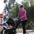 Miranda Kerr profite d'une balade avec son Flynn pour muscler ses jambes à Los Angeles. Juin 2011