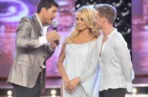 Pamela Anderson, sexy en robe fendue, ne brille pas sur la piste