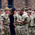 Kate Middleton, ravissante face aux soldats, lors de la remise des distinctions pour le premier bataillon de la Irish Guards rentrée d'Afghanistan à Windsor, Londres, le 25 juin 2011