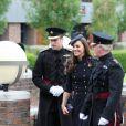 Kate Middleton, très souriante, et le prince William rencontrent le Major Général Bill Cubitt lors de la remise des distinctions pour le premier bataillon de la Irish Guards rentrée d'Afghanistan à Windsor, Londres, le 25 juin 2011
